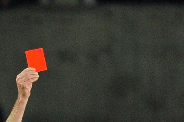 Foot-il-s-en-prend-au-public-et-recolte-un-carton-rouge.jpg